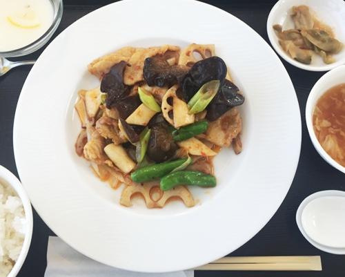 サンヒルズカントリークラブ_食事_蓮根と豚肉の中華的炒め定食