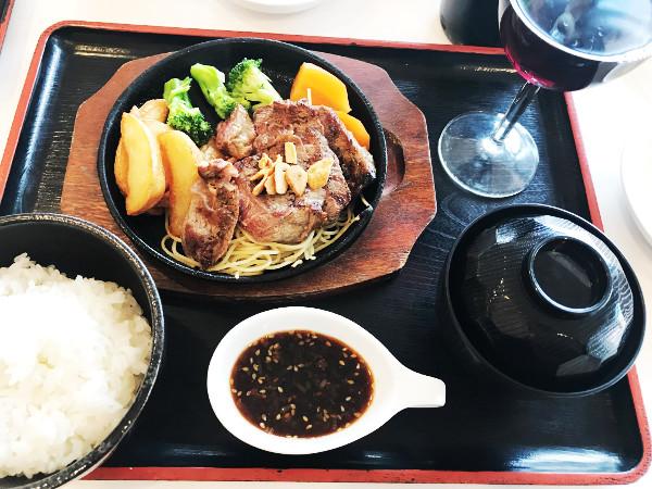 城山カントリー倶楽部_食事_リブロースステーキとデザートバイキング