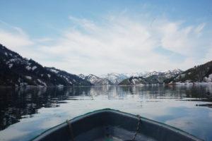 新緑探検隊2019_1_船と雪道