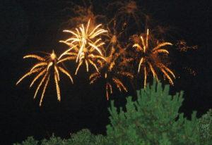八丈島2019年8月_4日目_2_キャンプ場から見る花火大会と、船欠航の知らせ