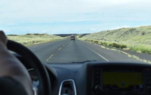 2019年ハワイ_1日目_1_溶岩の間の長ーーい道路を走る